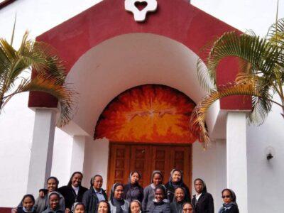 QUI SOMMES-NOUS?, Arrivées à Madagascar en 1985, nous, Filles de Marie Auxiliatrice (FMA), congrégation religieuse appartenant à l'ECAR de Madagascar (Eglise Catholique Apostolique Romaine), avons une présence dans 8 localités : Mahajanga Boeny, Betafo Vakinakaratra, Ivato et Antananarivo (siège) Analamanga, Manazary ...